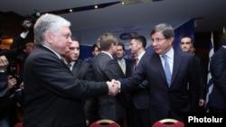 Հայաստանի արտգործնախարար Էդվարդ Նալբանդյանը և Թուրքիայի արտգործնախարար Ահմեթ Դավութօղլուն: Երևան, 12-ը դեկտեմբերի, 2013թ.