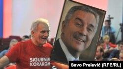 Члени Демократичної партії соціалістів святкують перші повідомлення про перемогу партії з портретом Мила Джукановича, Подгориця, 16 жовтня 2016 року