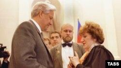 Галина Старовойтова беседует с первым президентом России Борисом Ельциным. Фото 1991 года