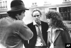 برتولوچی (چپ)، مارلون براندو و ماریا اشنایدر در صحنه فیلمبرداری فیلم جنجالبرانگیز آخرین تانگو در پاریس