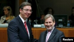 Сербия премьер-министрі Александр Вучич (сол жақта) ЕО-ның кеңею және тату көршілік мәселелері бойынша комиссары Йоханнес Ханмен бірге. Брюссель, 14 желтоқсан 2015 жыл.