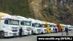 Водители грузовиков из Узбекистана на грузино-турецкой границе.