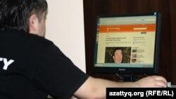 Азаттық сайтын оқып отырған алматылық. 2 мамыр 2012 жыл.