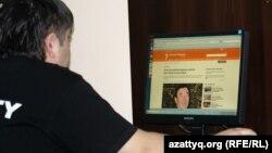 Интернет клубта интернет қарап отырған адам. Алматы, 2 мамыр 2012 жыл. (Көрнекі сурет)