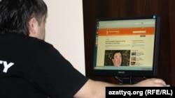 Интернет клубта Азаттық веб сайтына қарап отырған жігіт. (Көрнекі сурет)