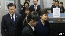 Оңтүстік Корея экс-президенті Панк Кын Хен (оң жақта) сотта тұр.