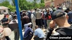 Жители Рушана собрались у здания местного хукумата. 16 июня 2020