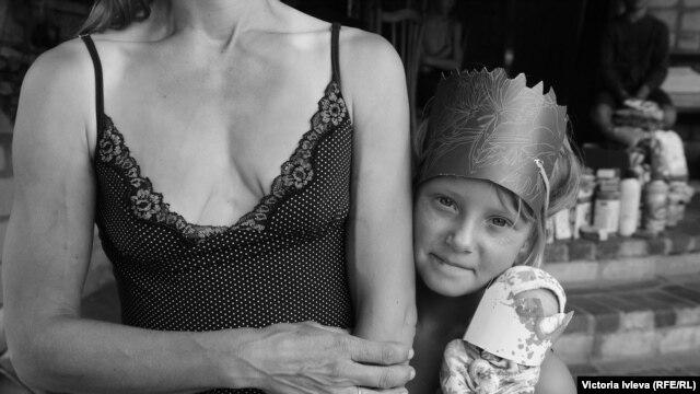 Славянск. Мать и дочь, 2015