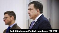 Міхеїл Саакашвілі (праворуч) під час засідання Апеляційного суду Києва