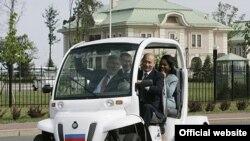 По мнению экспертов, Владимир Путин (за рулем электромобиля на саммите G-8 в Петербурге) давно добивался уменьшения зависимости России от США (Джордж Буш и Кондилиза Райс в качестве пассажиров) и наконец в этом преуспел