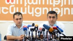 Армен Рустамян (справа) на пресс-конференции, Ереван, 10 июля 2012 г.