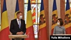 Прибывший с визитом в Кишинев президент Румынии Клаус Йоханнис и президент Молдовы Майя Санду. 29 декабря 2020 года.