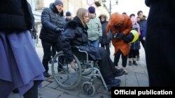 Саратов. Кандидат в президенты Ксения Собчак в инвалидной коляске. Фото пресс-службы Ксении Собчак