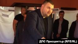 Делян Пеевски гласува в секцията във велинградското село Св. Петка, придружен от многобройна охрана