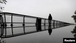 Гудзон өзеніндегі көпірлердің бірімен келе жатқан адам. Нью-Джерси, 29 мамыр 2013 жыл