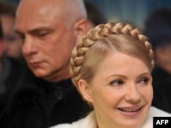 Baş nazir Yulia Tymoshenko əri Oleksandr ilə birlikdə Dnepropetrovskda prezident seçkisində səs verərkən, 17 yanvar 2010