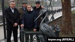 Виктор Агеев и авторы скульптуры на набережной Салгира в Симферополе