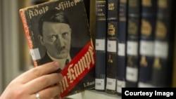 حق مالکیت معنوی کتاب «نبرد من» هیتلر به مدت ۷۰ سال در اختیار وزارت اقتصاد ایالت باواریا بود.