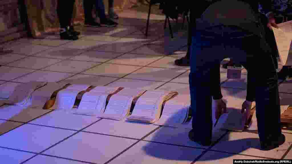 Через низьку явку підрахунок голосів тривав лише годину. Найбільшу кількість голосів люди віддали за опозиційного кандидата Юрія Бойка, на другому місці, з утричі меншою кількістю голосів – діючий президент України Петро Порошенко. Інші кандидати набрали небагато