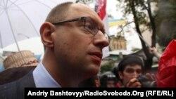 Арсеній Яценюк під стінами Верховної Ради після ухвалення законопроекту