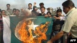 Активісти спалюють пакистанський прапор під час мітингу на підтримку Сарабджита Сінга, архівне фото