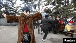 Сторонники Аллы Джиоевой на площади, 2 декабря