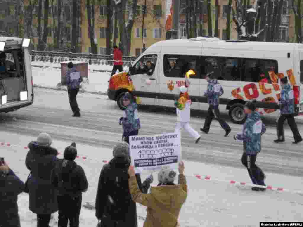 Киров шәһәре аша Олимпия уты узган вакытта күтәрелгән плакат.