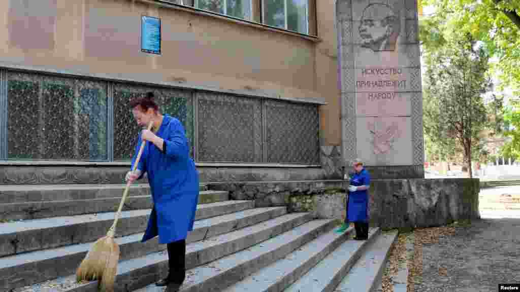 «Искусство принадлежит народу», – утверждается под рельефом Ленина, украшающим одно из образовательных учреждений Симферополя.