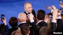 Putin Ümumrusiya Xalq Cəbhəsinin üzvləri ilə görüşüb
