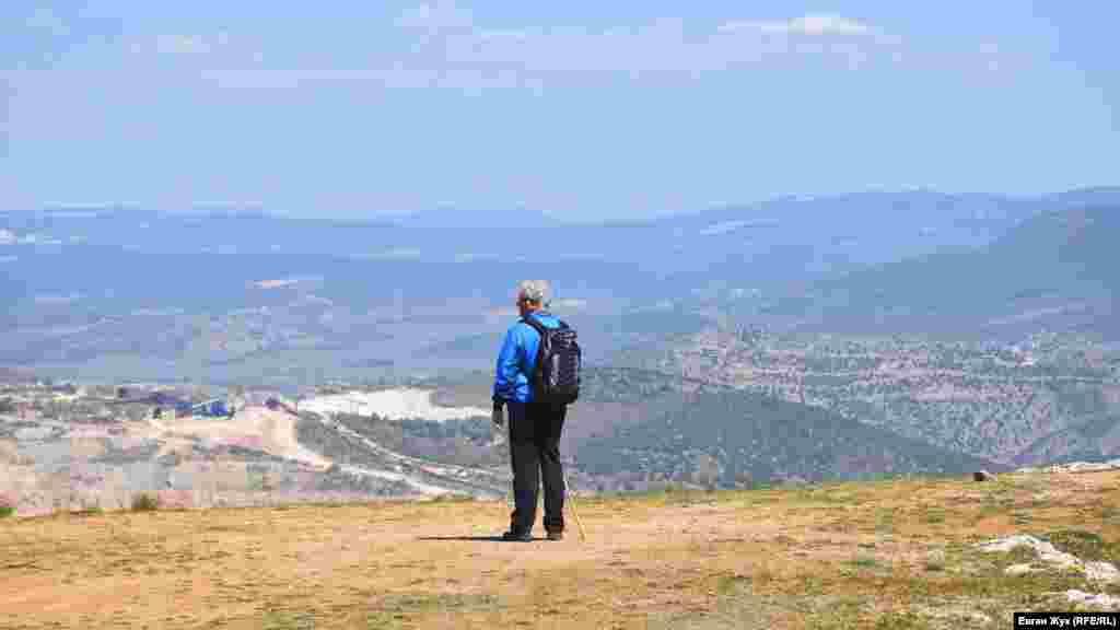 Між мисом Фіолент і скелею Митіліно, що височіє на заході біля входу в Балаклавську бухту, розташоване Караньське плато. Воно виходить до моря обривчастими скелями Кая-Баш. Їхня висота сягає 266 метрів