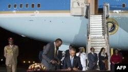 Барак Обама атасынын мекени Кенияга иш сапар менен барды.