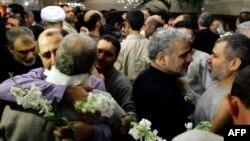 Тұтқыннан босатылған ирандықтар туыстарымен көрісіп жатыр. Дамаск, 9 қаңтар 2013 жыл.
