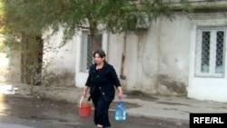 Dekabrda Bakıda qonşuluqdan su daşıyan qadın