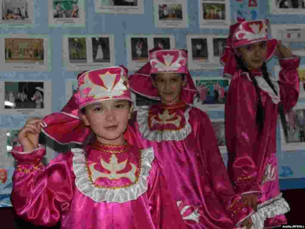 """Пономарёвка районы Дусмәт авылы мәктәбенең """"Сәйлән"""" бию төркеме"""