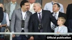 Міхаіл Саакашвілі (зьлева) і Аляксандар Лукашэнка разам з сынам Мікалаем