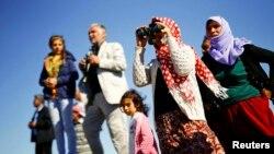 Türkiýeli kürtler Siriýanyň Kobani şäherine seredýär, Mursitpinar serhet geçelgesi, 20-nji oktýabr, 2014