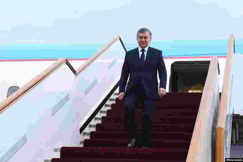 Согласно официальной информации, в ходе переговоров на высшем уровне будут обсуждены вопросы развития двустороннего политического, торгово-экономического, инвестиционного, финансового, транспортно-коммуникационного, туристического, культурно-гуманитарного и межрегионального сотрудничества, упрощения взаимных поездок граждан. Президенты Таджикистана и Узбекистана рассмотрят региональные и международные проблемы, представляющие обоюдный интерес.