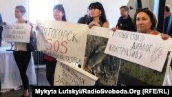 Активісти Святогорська протестують проти будівництва спортивного об'єкта у дубовому гаю