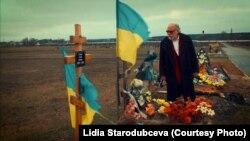 Ігор Померанцев на цвинтарі, де поховані військові, що загинули на сході України