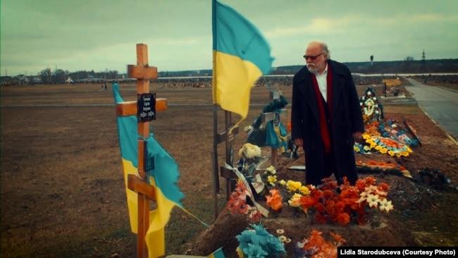 Игорь Померанцев на кладбище, где похоронены военные, погибшие на востоке Украины
