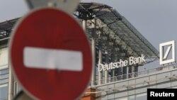 Логотип Deutsche Bank на даху штаб-квартири фінансової установи в Москві