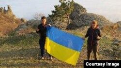 Студэнты разгарнулі ўкраінскі сьцяг іна вяршыні гары ў Крыме. 15 лістапада 2014.