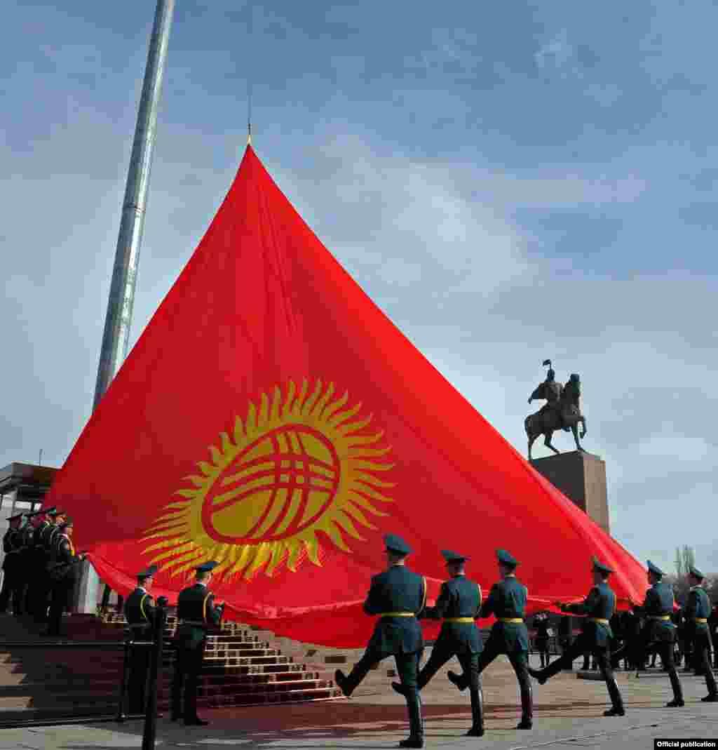 Аземден кийин аянтта жаштар, улуттук гвардиянын аскер кызматкерлеринин парады жана Бишкектин борбордук көчөлөрүндө туу менен жүрүштөр өттү.