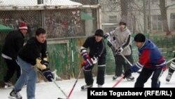 Любительская игра в хоккей в одном из казахстанских дворов. 12 февраля 2012 года.