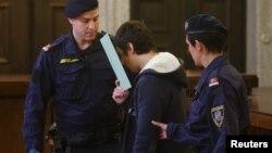 Түркия полициясы ИМ тобымен байланысы бар деген күдікке ілінген адамды әкетіп барады.