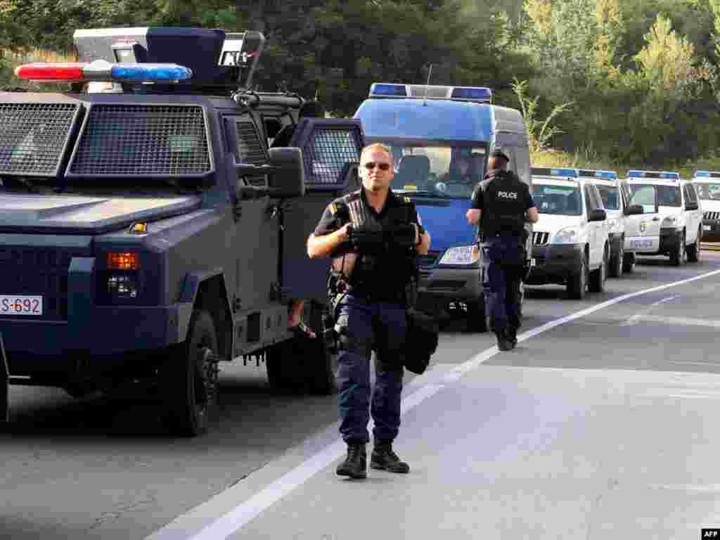 Snage kosovske policije u blizini blokade koju su postavili kosovski Srbi na cesti Leposavić-Mitrovici, 26.07.2011. Foto: AFP / Saša Đorđević
