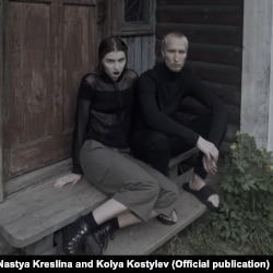 Настя Креслина и Коля Костылев на пороге своего дома в Подмосковье