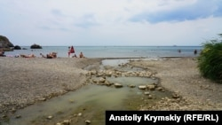 Последствия прорыва канализационного коллектора на пляже Судака