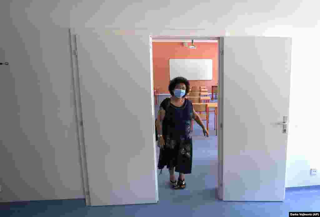 У столиці Сербії Белграді вчителька початкових класів готується до повернення учнів до класу