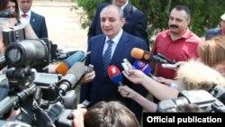 Президент Карабаха Бако Саакян дает интервью СМИ перед тем, как проголосовать. Степанакерт, 19 июля 2012 г.